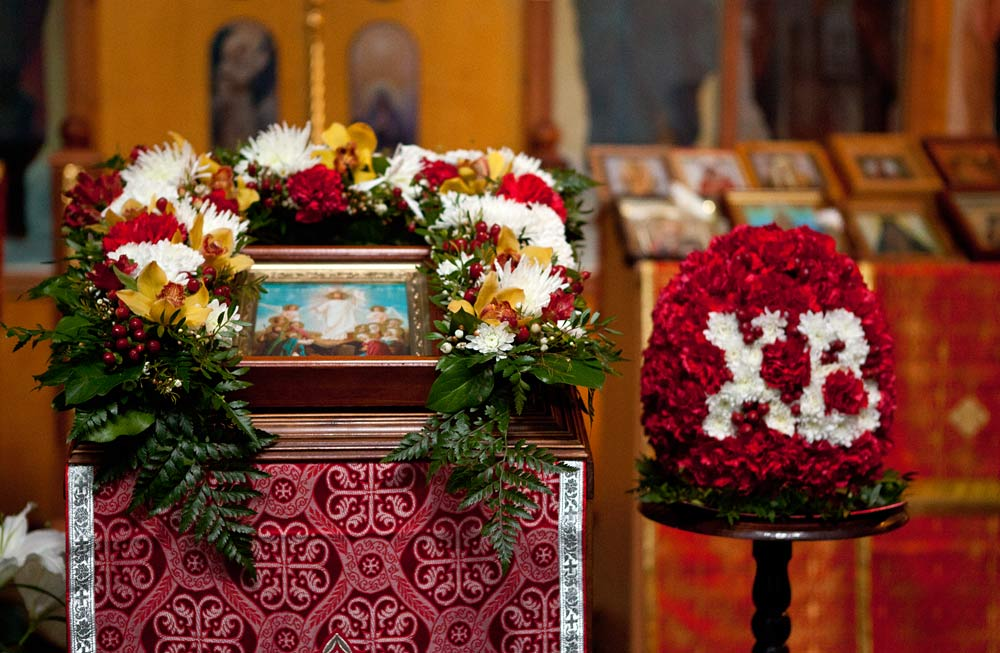 Украшение храма цветами Храм Святого великомученика